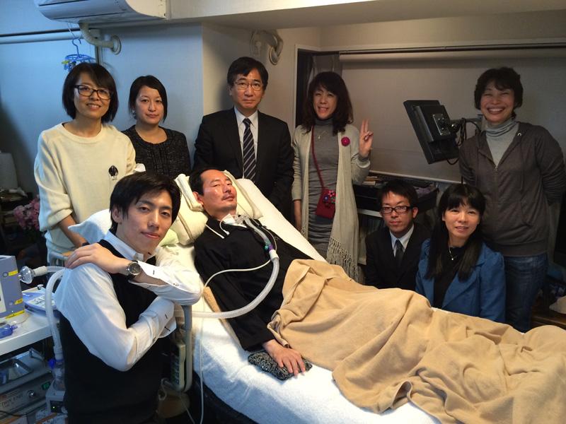サイバニクススイッチの試験的運用をALS患者の岡部さんに依頼し、研究班一同で訪問した時の記念写真