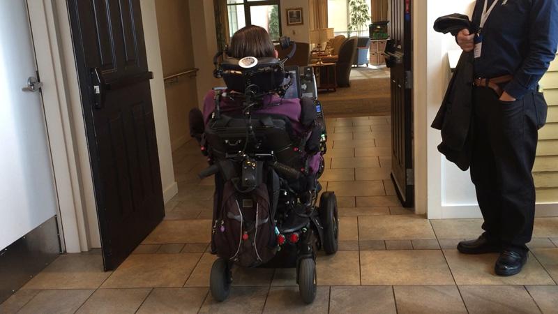 ALS当事者のSteve Salingさんが、視線入力装置でエレベーターの操作や扉の開け閉めをして、施設内を案内して下さいました。
