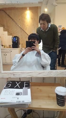 写真3 ソウル市内で営業している日系美容室 筆者と筆者のカットを担当した美容師さんと(筆者撮影)