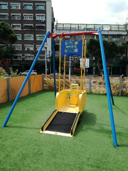 Picture 2: Swing children in wheelchair can use. Projects to promote inclusiveness in the playground have been ongoing in Japan, too.{a href='#e3' id='a3'}*3{/a}