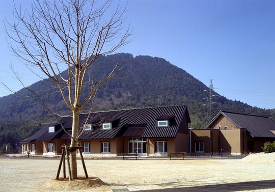 重症心身障害児者施設(2004年新築移転されたびわこ学園医療福祉センター野洲の2住棟:びわこ学園ホームページより)