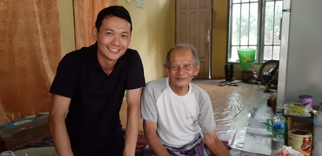 Since 1960s he (right in the photo) has conveyed the attractiveness of a jungle in a community in Indonesia to tourists. However, 65% of the profit are taken as commission since most of the tourists come to the jungle through an influential accommodation. Mr. Wendy is also addressing this kind of disparity and vertical conflict within the community.