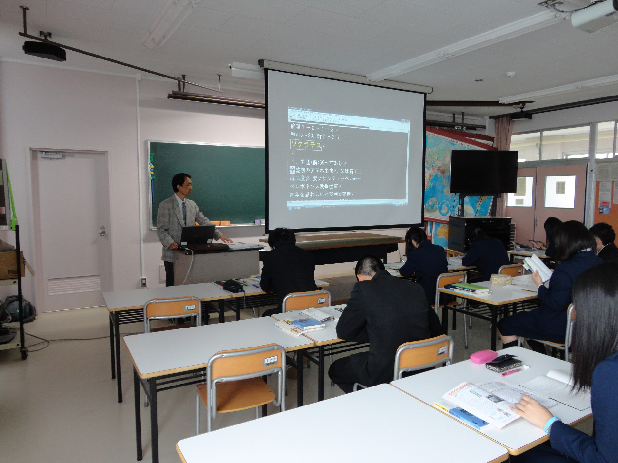 写真1:視覚障害教員として教室で授業をする筆者(新潟西高校 2012年)